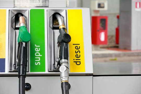 Carburants: suppression début octobre de l'essence super avec plomb