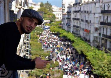 Hamza Chellouche dans l'hélicoptère de Thierry Sabine, vers la planète du Petit Prince